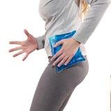 Paquet frais de gel sur une hanche blessante gonflée Photo libre de droits