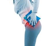 Paquet frais de gel sur une hanche blessante gonflée Image libre de droits