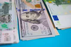 paquet haut étroit d'euros d'argent, dollars, roubles de billets de banque sur le fond bleu, affaires, finances, économie, encais photos stock
