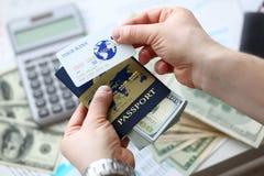 Paquet masculin d'op?rations bancaires de passeport de participation de bras des USA photographie stock