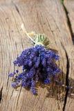 Paquet parfumé de lavande se trouvant sur la table Photographie stock