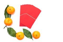 Paquet rouge et mandarines oranges avec les feuilles vertes sur le fond d'isolement blanc Copiez l'espace image libre de droits