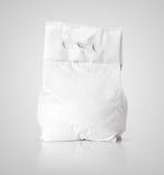 Paquet vide blanc de sac de poudre à laver sur le gris Image stock