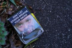 Paquete abandonado vacío australiano del cigarrillo en la calle imágenes de archivo libres de regalías
