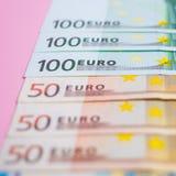 paquete ascendente cercano de billetes de banco de los euros del dinero en el fondo del color, negocio, finanzas, ahorro, deposit foto de archivo libre de regalías