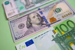 paquete ascendente cercano de euros del dinero, dólares, rublos de billetes de banco en el fondo azul, negocio, finanzas, ahorro, imágenes de archivo libres de regalías