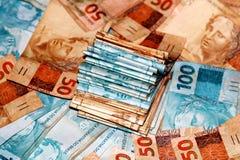 Paquete brasileño del dinero con las notas de valores diversos Imagen de archivo libre de regalías