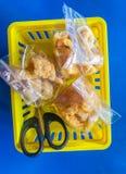 Paquete chispeante del cerdo en cesta con las tijeras fotos de archivo libres de regalías