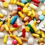 Paquete colorido de las píldoras y de ampollas de la medicina desde arriba Imagen de archivo