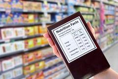 Paquete con la información de la nutrición en supermercado Imágenes de archivo libres de regalías