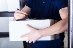 Paquete de abastecimiento del hombre de entrega Foto de archivo libre de regalías