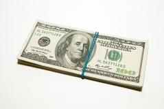 Paquete de billetes de banco de los dólares de EE. UU. encendido sobre blanco Imagen de archivo