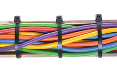 Paquete de cables eléctricos aislados en el fondo blanco Imagen de archivo