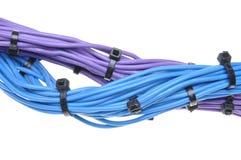 Paquete de cables eléctricos con las bridas de plástico negras Fotografía de archivo