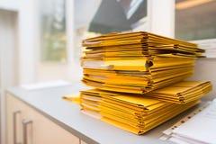 Paquete de carpetas con los documentos en la oficina Fotografía de archivo