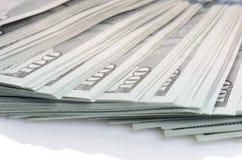 Paquete de cientos dólares de billetes de banco Foto de archivo libre de regalías