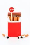 Paquete de cigarets y de la muestra   Imagen de archivo