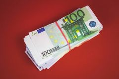 paquete de cuentas de dinero en un fondo rojo fotos de archivo libres de regalías