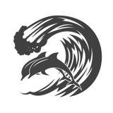 Paquete de delfínes que saltan en ondas Imagenes de archivo