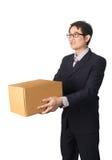 Paquete de donante y que lleva del hombre de negocios asiático, caja de cartón, ISO Fotografía de archivo libre de regalías