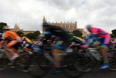 Paquete de jinetes que pasan al lado de la catedral de Palma de Mallorca Foto de archivo