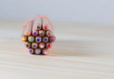 Paquete de lápices en una tabla de madera imágenes de archivo libres de regalías