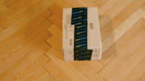 Paquete de la caja de cartón del Amazonas en piso de madera del entarimado metrajes