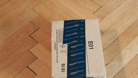 Paquete de la caja de cartón del Amazonas de la inclinación-abajo en piso de madera del entarimado metrajes