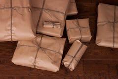 Paquete de la caja de regalo del vintage en fondo de madera Imagen de archivo