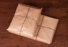 Paquete de la caja de regalo del vintage en fondo de madera Foto de archivo libre de regalías