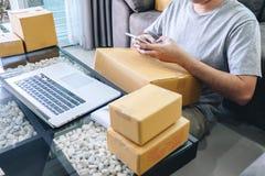Paquete de la pequeña empresa para el envío al cliente en casa, hombre independiente de la PME del empresario joven que trabaja n imágenes de archivo libres de regalías