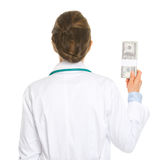 Paquete de la tenencia de la mujer del médico de dólares Imágenes de archivo libres de regalías