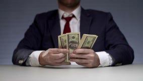 Paquete de la tenencia del hombre de negocios de dinero Encargado acertado del alto sueldo metrajes