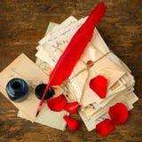 Paquete de letras y de pétalos color de rosa rojos Foto de archivo