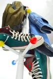 Paquete de los pantalones vaqueros de los zapatos Imagen de archivo