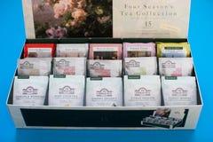 Paquete de té de Ahmad en fondo azul imágenes de archivo libres de regalías