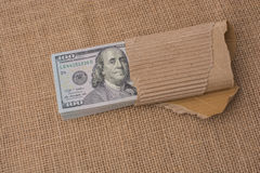 Paquete del billete de banco de dólar de EE. UU. envuelto en papel Foto de archivo libre de regalías
