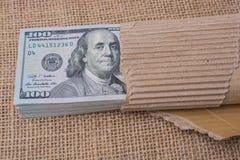 Paquete del billete de banco de dólar de EE. UU. envuelto en papel Foto de archivo