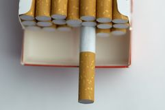 Paquete del cigarrillo en macro imagen de archivo