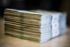 Paquete del dinero - pila grande de billetes de banco Fotos de archivo