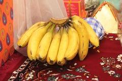 Paquete del plátano ofrecido a dios hindú Ganesha en hogar imagenes de archivo