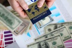 Paquete masculino de las actividades bancarias del pasaporte de la tenencia de brazos de los E.E.U.U. fotos de archivo