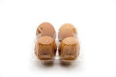 Paquete plástico del huevo aislado en el fondo blanco fotos de archivo