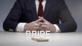 Paquete que lanza del hombre de negocios de dinero en la tabla Soborno ilegal al oligarca almacen de video