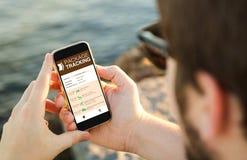 Paquete que sigue el web del servicio en móvil Imagen de archivo libre de regalías