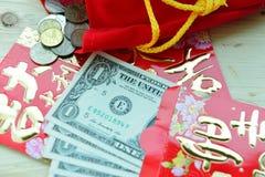 Paquete rojo chino con las notas del dólar de EE. UU. Imagen de archivo
