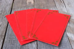 Paquete rojo chino del sobre o pao del ANG en viejo fondo del tablero de madera concepto chino feliz del Año Nuevo Imagen de archivo