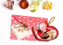 Paquete rosado con el regalo para la tarjeta del día de San Valentín Fotos de archivo