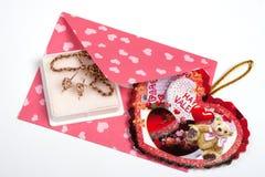 Paquete rosado con el regalo para la tarjeta del día de San Valentín Imagen de archivo