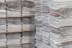Paquetes apilados de periódicos Foto de archivo
